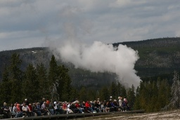"<div><font size=""1"">Čekání na výbuch gejzíru a pára z horkého pramene poblíž.</font></div>