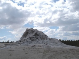 "<div><font size=""1"">Pahorek, ze kterého čas od času vystřikuje gejzír.</font></div>