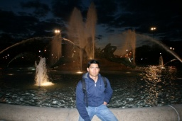 Sandeep a fontána.<br />__________<br />Sandeep and the Fountain.