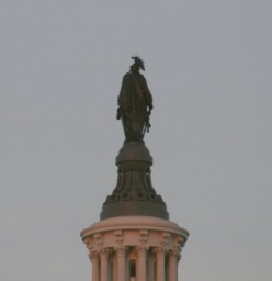 Socha na vrcholu Kapitolu.<br />_________<br />Statue on the top of Capitol.