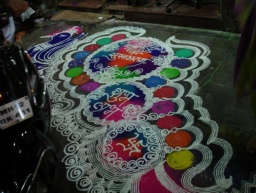 <div>Velice povedené rangoli na ulici.</div>