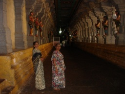 <div>Maminka a teta v chodbě chrámu.</div>