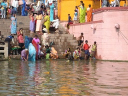 """<div>Schody do svat<span dir=""""rtl""""></span>ých vod Gangy.</div><div>__________<br />Stair to the holy Ganges' water.</div>"""