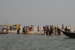 <div>Ostrov uprostřed Gangy je plný lidí.</div>