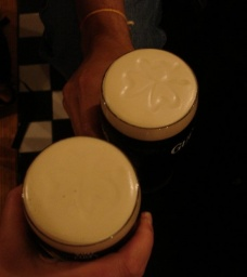 "<p class=""MsoNormal"" style=""MARGIN: 0in 0in 0pt""><font size=""1"">Krásný trojlístek na pěně Guinnessu.<br />___________<br />A beautiful shamrock on Guinness foam.<o:p></o:p></font></p>"