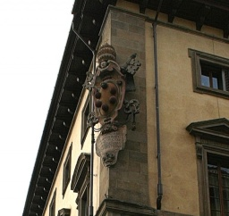 "<p align=""center""><font size=""1"">Znak Medičejských na rohu paláce.<br />________________<br />Medici coat of arms on the corner of a palazzo.</font></p>"