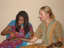 "<div>Suzi pokr<span dir=""rtl"">‎</span>ývá hennu šťávou z limety, aby barva déle vydržela.</div>