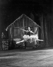 Alicia_Alonso_performing_Giselle-Cuba.jpg