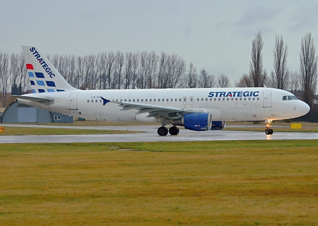 Airbus A320-212 Strategic Airlines